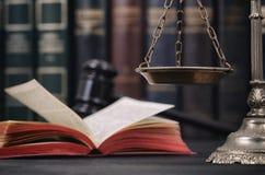 正义,法律书籍和法官惊堂木标度  库存图片
