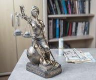 正义Themis雕象与金钱欧元和美元的 贿款和罪行概念 免版税库存照片