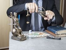 正义Themis雕象与金钱欧元和美元的 贿款和罪行概念 库存照片