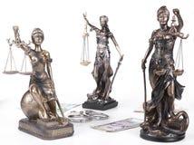 正义Themis雕象与金钱欧元和美元的 贿款和罪行概念 免版税库存图片