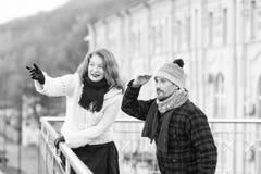 正在寻找在桥梁的其他边的年迈的夫妇朋友 看的人  用手指向微笑的妇女 免版税库存照片