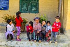 正在寻找一个小组孩子的一个老妇人,北越南 免版税图库摄影