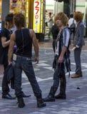 正在寻找客户的男性主人在Kabukicho,东京,日本 库存图片