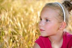 正在寻找某人的逗人喜爱的矮小的严肃的女孩或 图库摄影