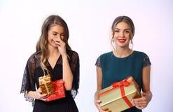 正式党的两个fashon模型女孩穿衣与圣诞节礼物 库存图片