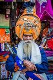 正式印度衣物,装饰的商店的店主 库存图片