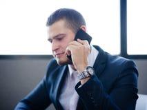 正式商人谈话在办公室背景的一个电话 进展概念 复制空间 免版税库存照片