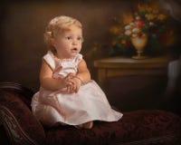 正式女孩小少许纵向的长椅 免版税库存图片