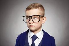 正式衣服和玻璃的企业孩子 免版税库存图片