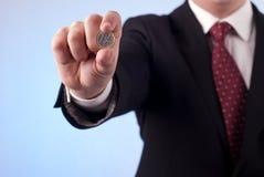 有一枚欧洲硬币的一个人 库存图片