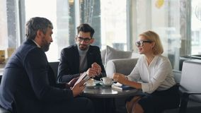 正式衣物谈的微笑的快乐的工友在午休时间期间的咖啡馆 影视素材