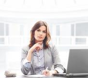 正式衣裳的一名女实业家在办公室 库存照片