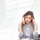 正式衣裳的一名女实业家在电话 库存照片