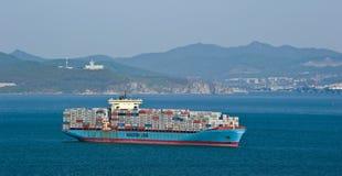 正弦马士基在海湾的集装箱船在船锚 不冻港海湾 东部(日本)海 18 05 2014年 免版税库存照片