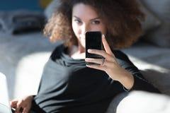 读正文消息的少妇在机动性 库存照片