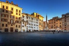 正方形和喷泉在万神殿,罗马附近 库存照片