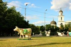 正方形和母牛的雕象的看法在胜利曲拱的 免版税库存照片
