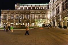 正方形和状态歌剧院在夜,维也纳 库存照片