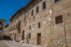 正方形和胡同看法有老大厦和灯的在Colle di Val d `埃尔莎 库存图片