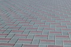 正方形或在边路标示用棕色和灰色瓦片,铺路石 库存照片
