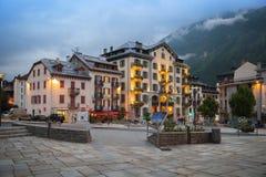 正方形晚上视图在夏慕尼Mont Blanc 库存照片