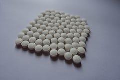 正方形由维生素K制成小白色片剂  库存照片