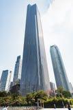 正方形的人们和大厦在广州市 免版税库存图片
