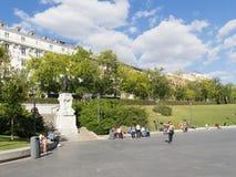 正方形的人们在Goya附近雕象在马德里 免版税库存照片