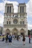 正方形的游人在巴黎圣母院前面 库存图片