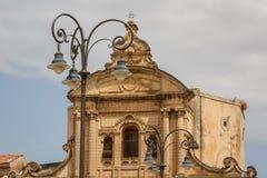 正方形的灯笼在巴洛克式的教会前面的在拉古萨 免版税图库摄影