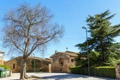 正方形的看法与16世纪的石房子的 村庄Sant Esteve deGuialbes,西班牙 免版税库存照片