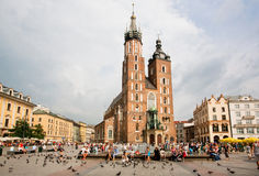 正方形的许多人民与教会 免版税图库摄影