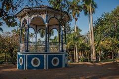 正方形老五颜六色的眺望台在充分嫩绿的庭院的树中间,在日落在São曼纽尔 免版税库存图片