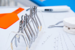 正牙医生牙齿套钳位和钳子和在工作表上的其他工具浮出水面 免版税库存照片