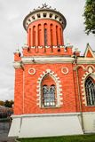 正确一个一个对在大门的塔到佩特洛夫宫殿里,莫斯科,俄罗斯复合体  免版税图库摄影