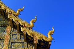 正确的屋顶Wat荣在泰国北部的Sua十 免版税库存照片