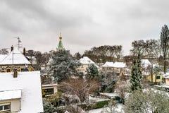 正统俄国教会在史特拉斯堡,在降雪以后的城市屋顶 库存图片