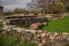 正统修道院围场墙壁废墟  库存图片