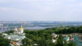 正统基督徒修道院 中世纪大教堂和教会金黄圆顶在基辅Pechersk拉夫拉修道院里 股票录像