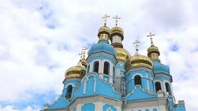 正统寺庙,在寺庙上的云彩,金黄圆顶, Timelapse,外部,从下面看法,蓝色寺庙,蓝色教会 影视素材