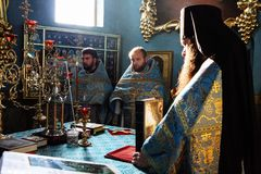 正统教士在教会里 免版税库存照片