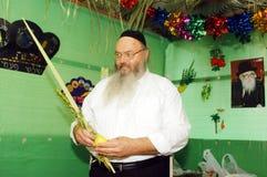 正统犹太人庆祝在Sukkah的Sukkot 图库摄影