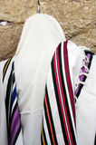 正统犹太祈祷在西部墙壁 免版税库存照片