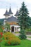 正统美丽的教会的庭院 免版税库存照片
