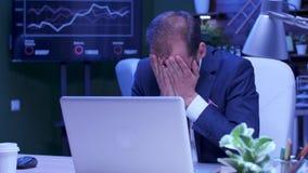 正装工作的被用尽的人在膝上型计算机 影视素材