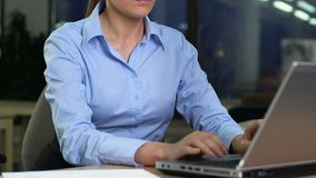 正装开头膝上型计算机和读书电子邮件的年轻女人,运作在晚上 股票录像