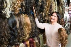 正面中部购买头发引伸的年迈的妇女 图库摄影