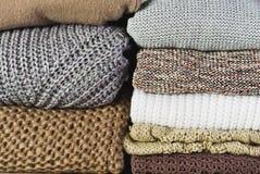 正面图两堆在一整个背景hori的温暖的毛线衣 库存图片