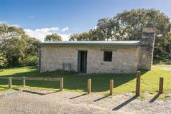 正面图丹尼斯小屋, Waitpinga, Newland头保护公园 库存照片