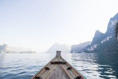 正面图在湖的长尾巴小船 免版税图库摄影